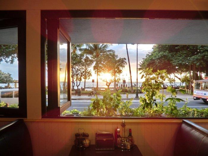 「ワイキキビーチエグスプレス店」はテイクアウトもできるお店でカジュアルに利用していただけます。のんびりとホテルやコンドミニアムで料理を楽しむのに利用してはいかがでしょう?店内からの眺めも素敵ですね。