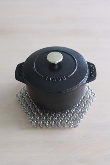 炊飯といえば土鍋が定番ですが、鋳物ホーロー鍋も熱伝導性・蓄熱性では負けません。さらにラ・ココット de GOHANはコロンと丸みのあるフォルムをしているので羽釜のような対流が生まれ、お米を一気に炊き上げることができます。