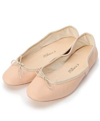 子どものころのバレエ教室を思い出して、ピンクベージュのシューズはいかがですか。大人になって履いてみるともっと素敵に踊れるかもしれません。
