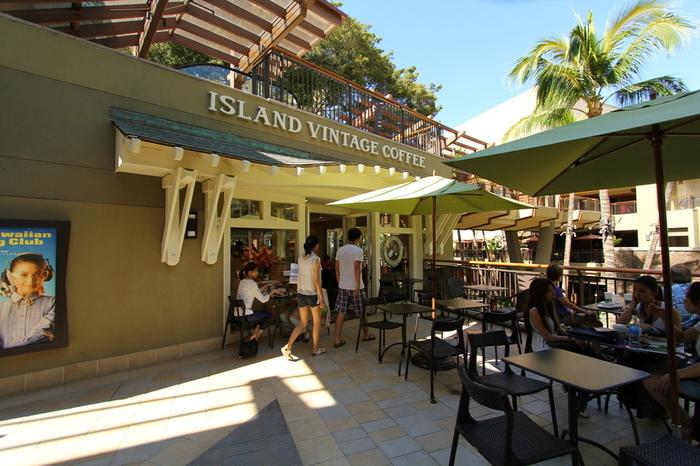 日本でも人気の「アイランド・ヴィンテージコーヒー」は、ショッピングの合間に利用しやすいワイキキのロイヤル・ハワイアンセンター2階にあります。