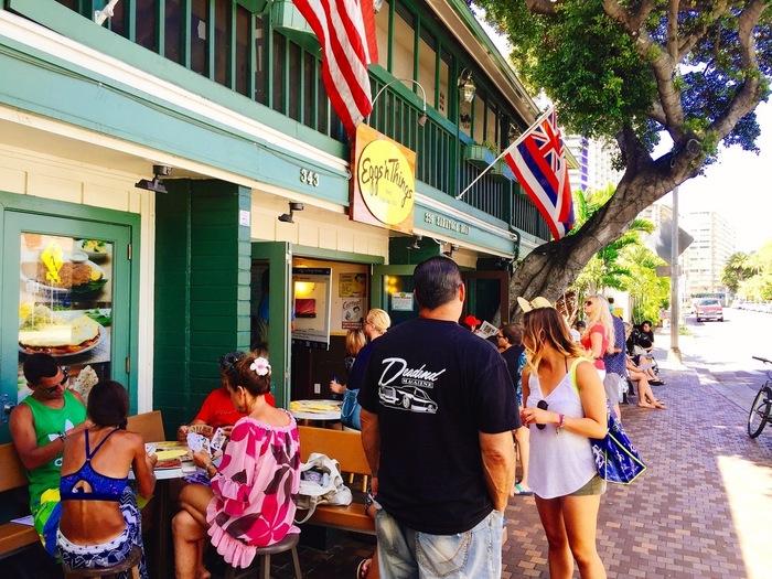 「エッグスン・シングスフラッグシップ サラトガ本店」はサラトガロードにあります。エッグスンの1号店で、店内にディスプレイされた写真も古き良きハワイの名残を感じることができ、観光客の多さとうらはらにどこかノスタルジックな雰囲気を醸しています。