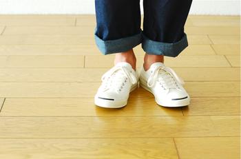 こちらはMHL.がコンバースのジャックパーセルとコラボした1足。薄い生地を使用しているのが特長で、ホワイト・ブラック・グレーの3色展開。レディースサイズもあるのでお揃いで履きたいですね。