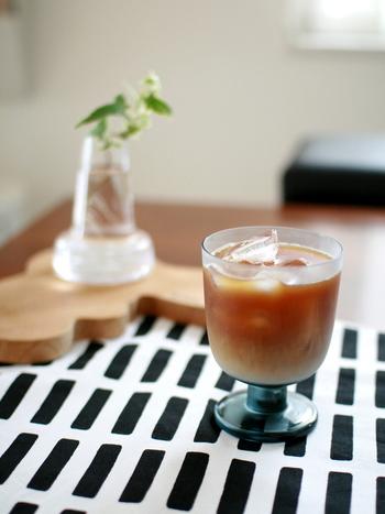 イッタラのレンピグラスはスタッキングもできる優れもののグラスです。脚付きのグラスというのは、普段の飲み物にちょっぴり特別な雰囲気をプラスしてくれる魔法のアイテムです。レンピはカラーバリエーションも美しく、カラーによっても受ける印象が変わります。
