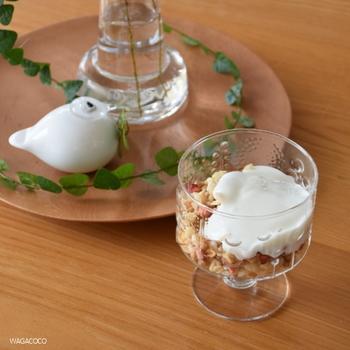 グラノーラの上にヨーグルトをたらりとかけるのも素敵。ざくざく混ぜながら食べやすいですね。
