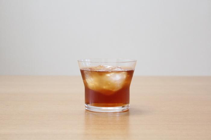 こちらはスガハラガラスのKITA オールドというグラスです。飲み口に向けて大きく広がった独特の形はお茶でもアルコールでもなんでもカッコよく見せてくれるんです!透明感が抜群で、とても美味しそうに見えますね。