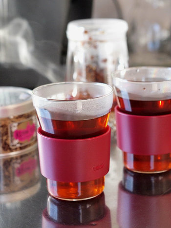 イッタラのホルダー付グラス、ホットクールは温かい飲み物を入れてもホルダーがついているのですぐに持つことができる優れもの。このホルダーさえあれば、アツアツのドリンクものんびりといただくことができます。