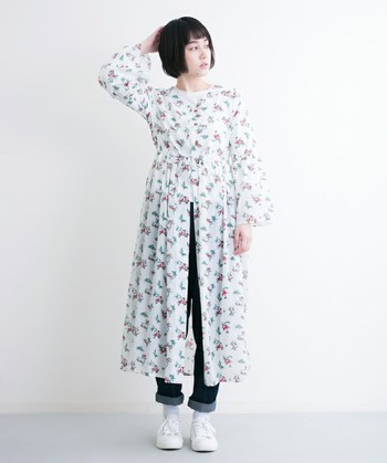 今シーズン、ナチュラル系ファッションが好きという皆さんにぜひ取り入れてほしいのが、「ボタニカル柄」のお洋服たち。ふんわり小花のフレアロングワンピースには、デニム+白スニーカーを合わせて爽やかに。