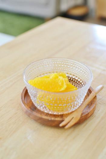 イッタラのカステヘルミにカットした瑞々しいオレンジをいれると、鮮やかなオレンジ色がとても美しく映えます。フルーツをカットするときは、よく研いだナイフを使って断面をすっきりさせると、より美味しそうに見えます。