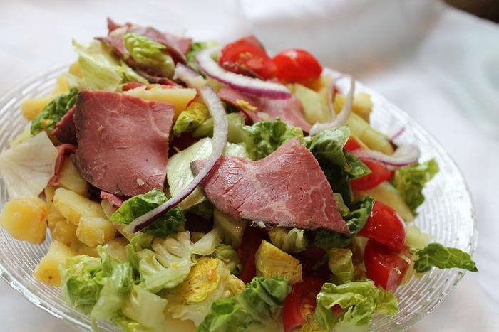 大皿料理の場合は、お皿いっぱいに盛り付けることがコツだそうです。彩りは華やかに!パーティにはこれですね。