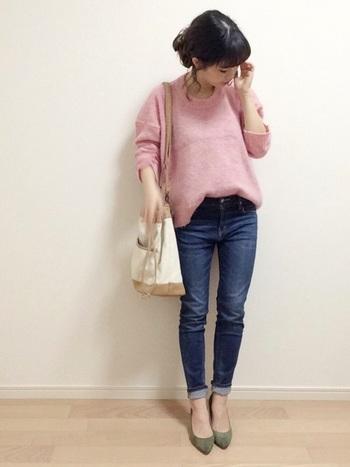 ピンクのニットに、スキニーデニムとうぐいす色のパンプスを合わせればフェミニンな春スタイルに。