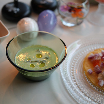 イッタラのカルティオは立ち上がりがしっかりとしているので、スープを注いでも安心です。ほんの一口だけのスープでも、あるとないとでは大違い。スープの色も美しく見せてくれます。