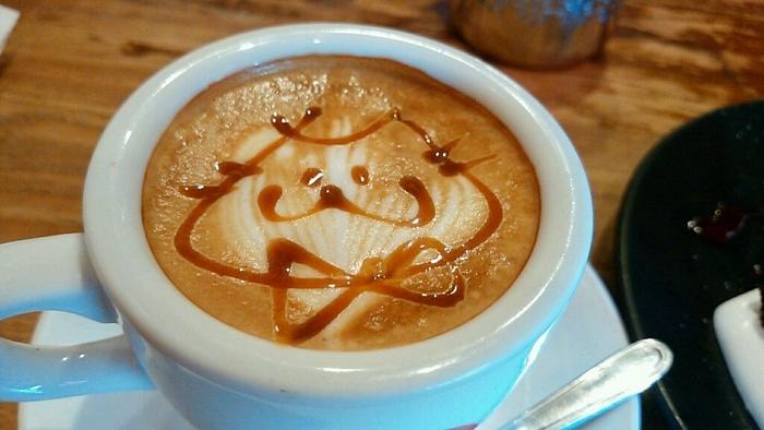 思わず「可愛い~っ!」と叫びたくなるようなやまねこカフェの「やまねこラテ」可愛いだけじゃなくて、味も本格的です。テイクアウトもできるので、飲みながらの散策もおすすめです。