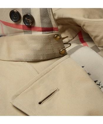 製作工程の中で最も難しいと言われる襟の縫製。ヘリテージコレクションに欠かせないチェックの裏地も柄が合うように裁断され縫製されています。