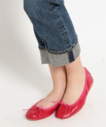 シンプルな色で足元を引き締めるのもいい、固めの靴底とやわらかい履き口のギャップがグッドバランス。