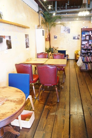 店内は中古の家具を使って、ほっこりと温かみのある内装のカフェです。古い町並みの尾道と馴染んでいてホッとできますよ♪時間を忘れて過ごせそう♪