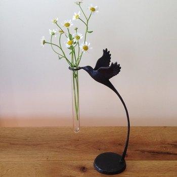 生き生きと羽ばたく小鳥の躍動感が素晴らしい、ロートアイアン加工の一輪挿しです。ガラスの試験管に小さなお花を飾ると、まるで小鳥がお花を運んできてくれたかのように見えて素敵ですね。