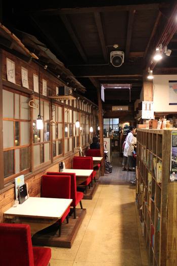 昔からあるカフェという感じのレトロな店内ですが、古材や廃材を使い新しく作られています。無料のWi-Fiも設置されています。