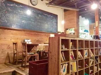 尾道の空き家再生プロジェクトから生まれた「あくびカフェー」。昔の学校をイメージして作られています。ゲストハウスも同じ建物内にあり、泊まりながらじっくりと尾道の町を堪能することもできちゃいます。