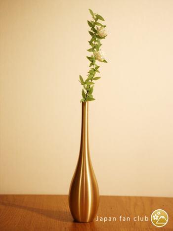 富山県高岡市の伝統産業である「鋳物」の加工技術で製作された、美しい流線型が目を惹く一輪挿しです。シンプルを極めたフォルムですが、それだけにお花そのものの魅力を邪魔しません。凛とした粋な風情という言葉がぴったりの花器で、和洋どちらのお部屋にも合います。
