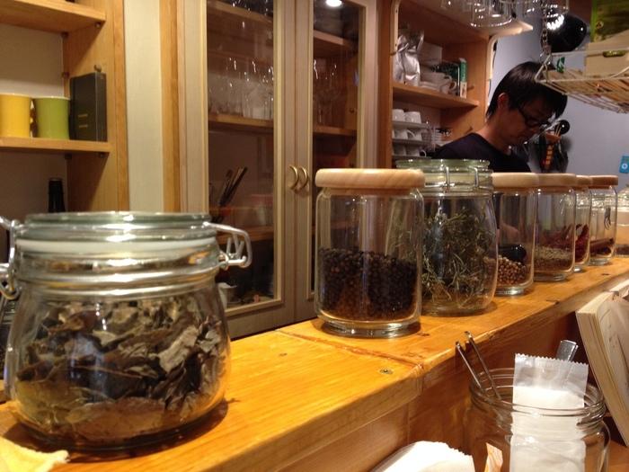 尾道駅から歩いていける尾道商店街にある「コヨーテ」は、オリジナルミックススパイスを使用したカレーが有名です。ピリッと辛いカレーは病みつきになること間違いなし。