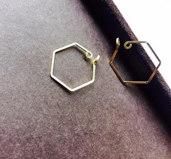 シンプルな六角形のノンホールピアス。イヤリングのように金具で耳たぶを強く押さえつけないので、自然な装着感が魅力です。