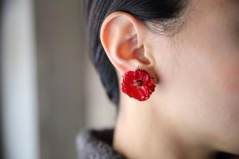本物のバラを樹脂加工した存在感のあるイヤークリップ。片耳だけでも素敵です。
