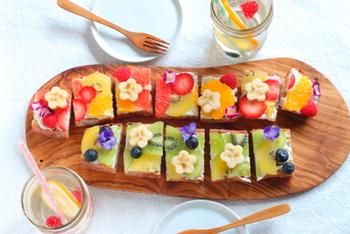 バゲットを使ったフルーツオープンサンドはおもてなしに♪バゲットにチーズ、フルーツとシンプルな材料ですが、お花をつかうことによって特別感がでますね。