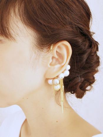 耳の付け根に直接掛けるので、ボリュームのあるデザインもOK。シンプルな装いでも、付けた途端華やかに演出してくれます。