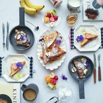 とっても美味しいけれど、見た目がどちらかというと地味なフレンチトーストにもエディブルフラワーを。週末のブランチなどにお家でカフェ気分を味わえます♪