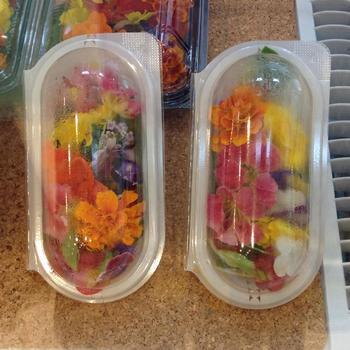 こんな風にパックにして売られていることも。ホームパーティーなど華やかな演出の際には鮮やかなお花がぴったりですね♪
