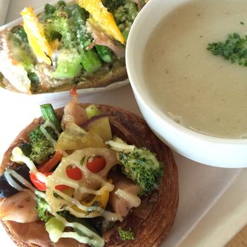 パンとスープが頂ける、ランチメニューの一例。