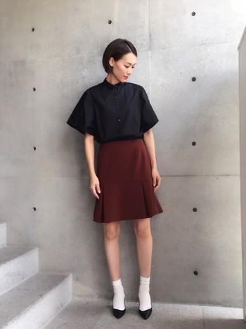黒シャツ×テラコッタスカートのレディコーデ。足を出すコーディネートの時は、シックな色合いでまとめてみると◎ソックス×パンプスの組み合わせにすればモード感が出てかっこよく着こなせそうですね。