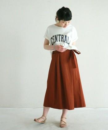 ロゴTシャツにテラコッタカラーのスカートを合わせてカジュアルに着こなすのもいいですね。トップスはインしてスカートのデザインを強調しましょう。