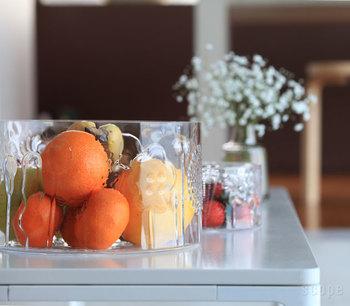 イッタラのフローラの大き目のガラスボウルには、おうちにある果物を何種類も集めて入れて。静物画のデッサンを始めたくなるような静かな光景にときめきを感じます。