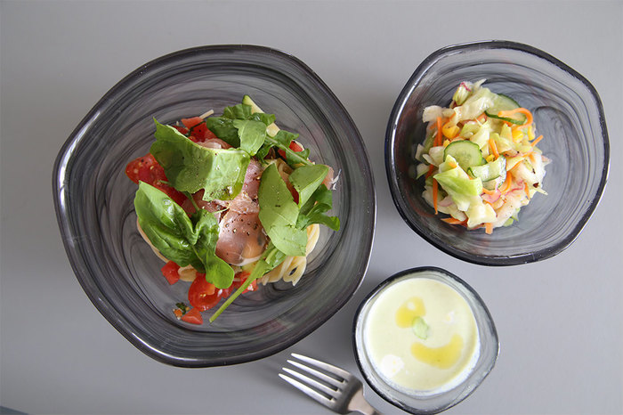ガラスの器にお野菜をたっぷり使ったサラダを盛りつければ、繊細さと涼しげな印象を作り上げることができます。ドレッシングをかけて、表情をつけてあげるとより素敵に見えますね。こちらは、ビバスカンジナビアのCOBACHIという器。ひとつひとつ手作業で作られているため、それぞれに味わいが生まれます。