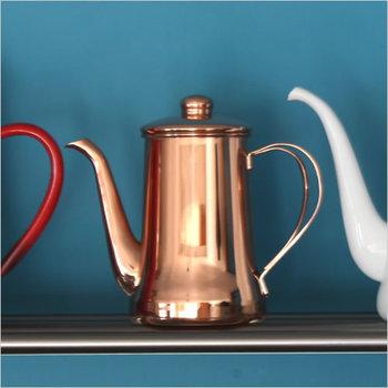 経年変化で独特の深い飴色に変化した純銅製道具は、芸術品のような美しさ。熱伝導・抗菌性に優れ、水を沸かせばまろやかに、焼きものはムラなくふっくら、煮物は芯まで柔らかと、高い実用性も一生ものです。