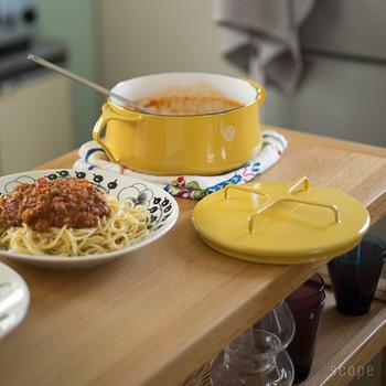 18㎝のお鍋は、食卓にそのまま出したいサイズ。オーブンに入れることもできます。カレーやパスタソースを作って、食卓で沸けても良いですね。