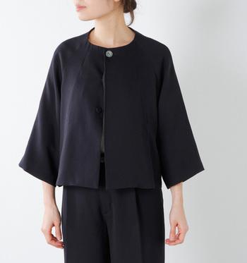短め丈のふんわりフレアーなシルエットは、今年のトレンド。大人可愛いノーブルなジャケットです。