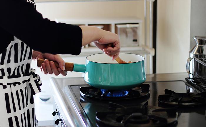 ホーローとチーク材の組み合わせがとっても魅力的な18㎝の片手鍋。2Lは何かと出番が多いサイズです。木製の片手が付いているから、お鍋をちょっとゆすったりするのにも両手鍋より快適にできるかも。炒め煮などもお任せ。