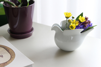 スウェーデンを代表する陶芸家、リサ・ラーソンのアイデアと波佐見焼のコラボから生まれたこちらは、使い道も自由なフリーポットです。お砂糖やお菓子を入れてもいいし、ミルクピッチャーとしても便利なフォルムなのですが、こうして花器として使えば、ふくふくとしたハトがお花を背負っているようでなんとも可愛い!