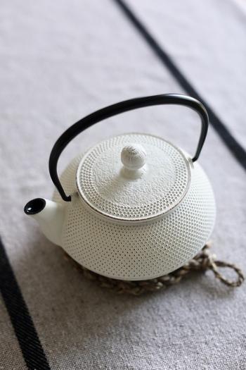 底が丸い薬缶(ヤカン)、鉄瓶、ケトルなら中で卵が転がるので、菜箸を使わなくても黄身が自然と中央に寄りますよ。