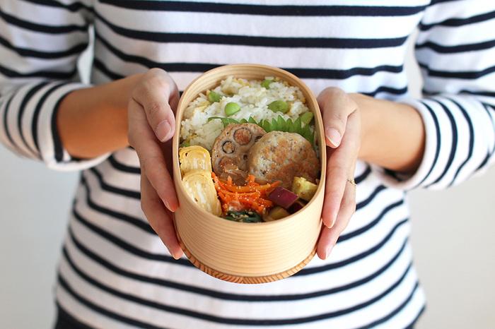 プラスチックのお弁当箱より風通しが良く、木がお米などから出る水分を適度に吸収するため、時間が経ってもご飯の風味がよく、ふっくら。おかずの美味しさも保たれます。しばらく曲げわっぱを使ってからプラスチックのお弁当を使うと、その味の違いに驚くほど。