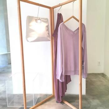 色や素材を合わせたり、微妙にトーンの違う同系色で合わせたり、セットアップやセットアップ風コーデは、それだけでセンス良く見えますよね。洋服がシンプルなぶん、小物使いが楽しくコーディネートしがいのあるスタイリングなんです。いろいろな着こなしに挑戦してみましょう。