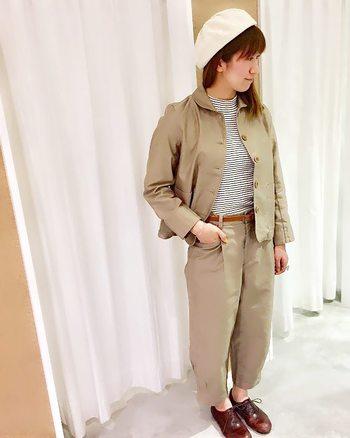 小さめの襟やストンとしたシルエットのジャケットは、袖も着丈も短めなのでかっちりというよりかわいらしいイメージを作れそう。パンツもテーパードでクロップド丈なのですっきりと見えますね。インに着た細ボーダーや丸みを帯びた革靴でカジュアルテイストに仕上がっています。