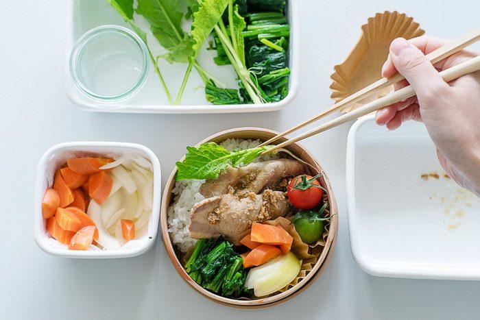 仕上げに、隙間にはいる野菜やおかずを詰め、ごはんに胡麻や梅干しなどを添えます。