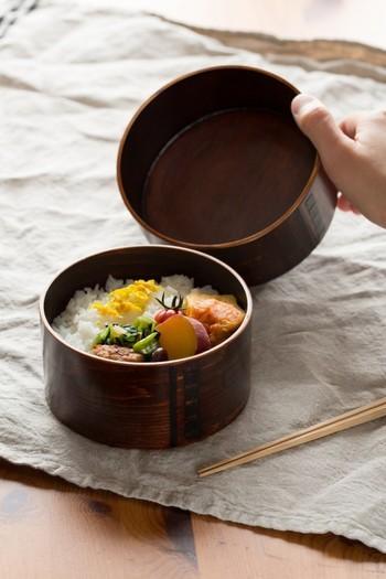 続いては、曲げものと漆塗りが盛んな長野県木曽地方で作られた丸型の曲げわっぱ。木曽のヒノキやサワラを使い、拭き漆で美しく仕上げています。水にも強く熱を逃し過ぎない、普段使いにおすすめの一品。