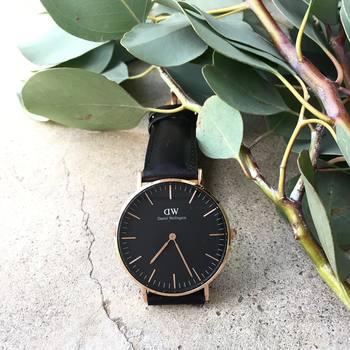 時間を見るのにスマホを使っている方も多いと思いますが、腕時計の方が断然スマート。美意識の高さも感じさせます。