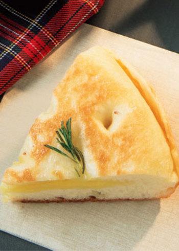ふわふわのパンとチーズは相性バッチリ。さりげなくのせたローズマリーは見た目だけでなく、さわやかな香りも食欲をそそります。