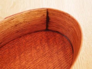 こちらも拭き漆仕上げですが、ナラの木の模様が、自然を活かしたあたたかな印象を与えています。