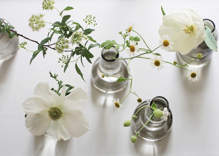 お花は好きだけど上手に活けるのはちょっと苦手…という方でも、こんな小さな花瓶なら、ほんの一輪挿してみるだけでも絵になります。あれこれ考えなくてもお花の魅力を引き立ててくれる、素敵な花器たちを見ていきましょう。